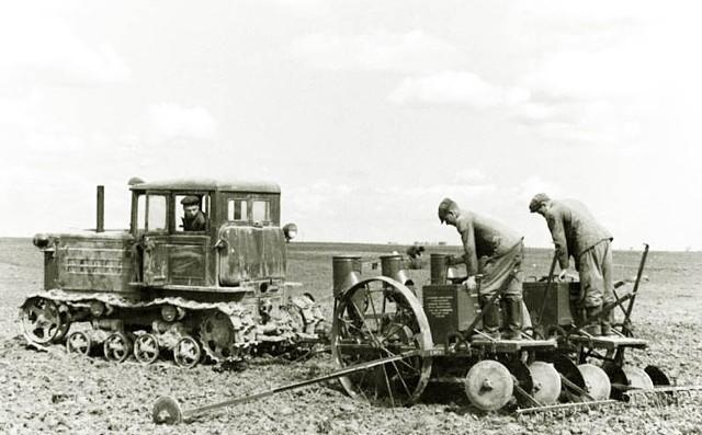 работа в поле на гусеничном тракторе