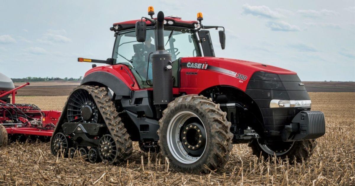 комбинированный трактор работает в поле