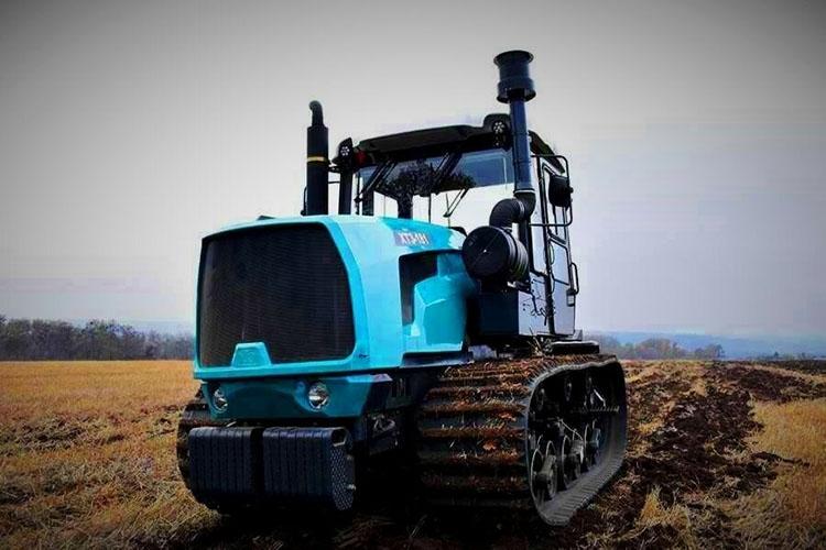Гусеничный трактор в поле