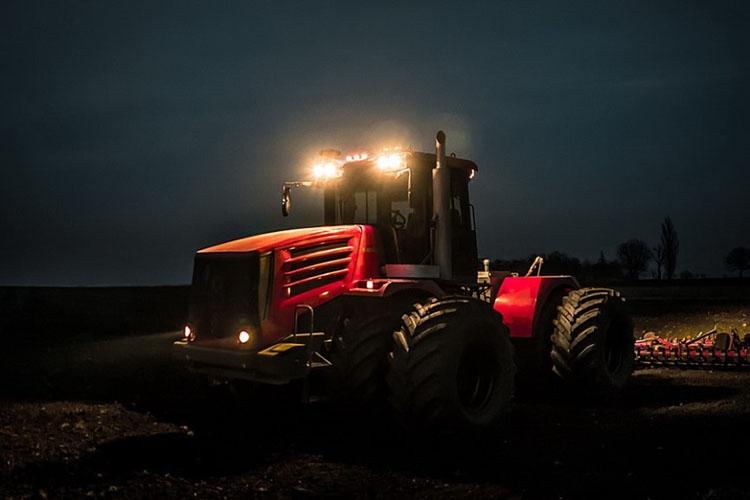 Трактор ночью
