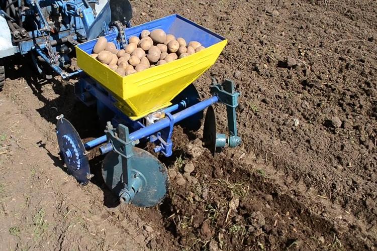 Посадка картофеля под трактор