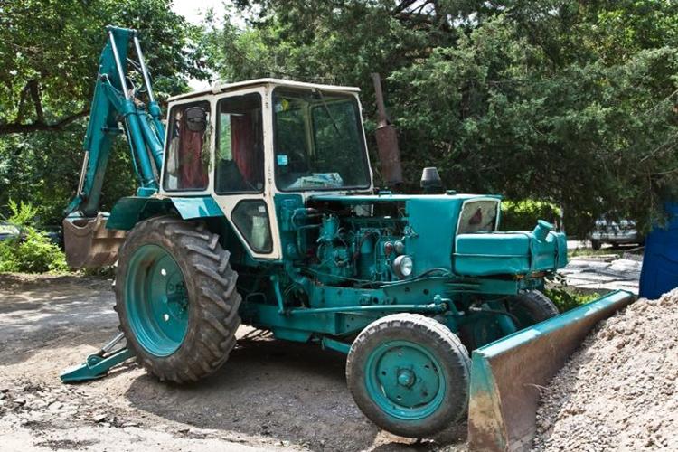 Трактор ЮМЗ с навесным оборудованием
