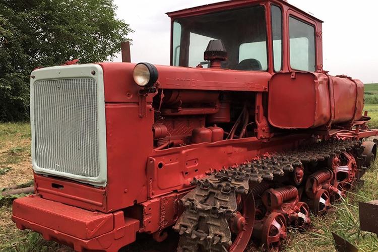 Трактор ДТ-75 в поле